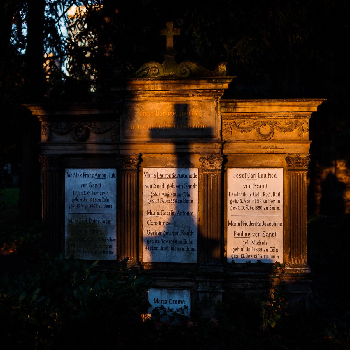 Ein illuminiertes Grabmal mit dem Schattenwurf eines Kreuzes
