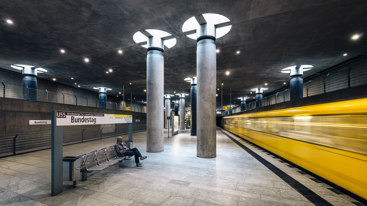 U-Bahnhof Bundestag mit vorbeifahrendem Zug (Berlin)